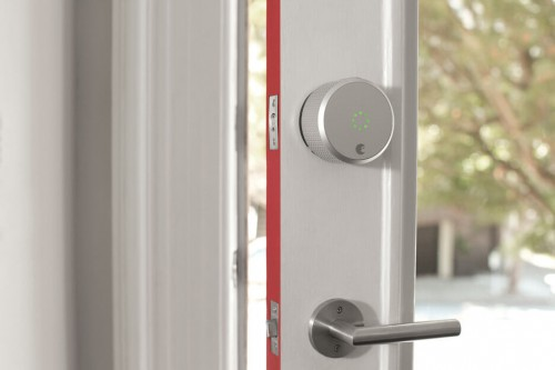 замок системы домашнего доступа august на двери