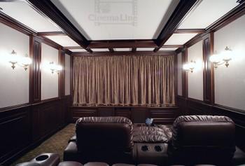 домашний кинозал в загородном доме с занавесом