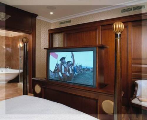 домашний кинотеатр от элит технолоджи в спальной комнате