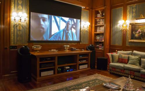 экран домашнего кинотеатра hi-end в аппартаментах