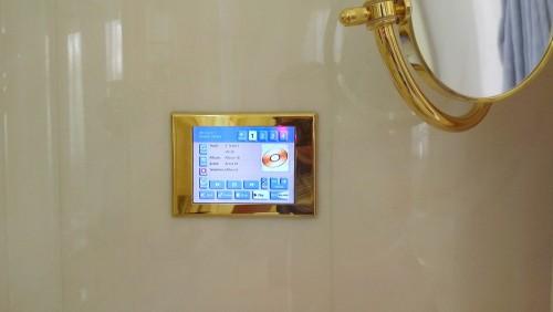 сенсорная панель управления мультирум в ванной