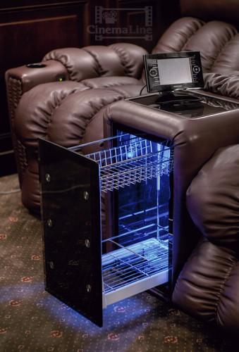 морозильная камера с панелью управления crestron в кресле для домашнего кинозала