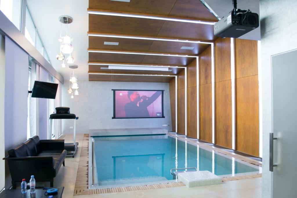проектор и экран для домашнего кинотеатра в спа блоке